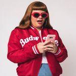 jaqueta-college-budweiser-girl-looking